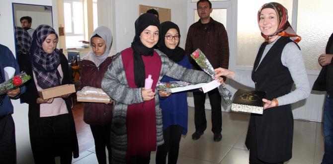 Öğrenciler mevlid kandilinde karanfil dağıttı