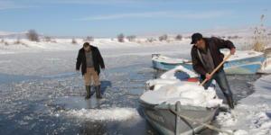 Balıkçılar buz tutan gölün ava açılmasını bekliyor